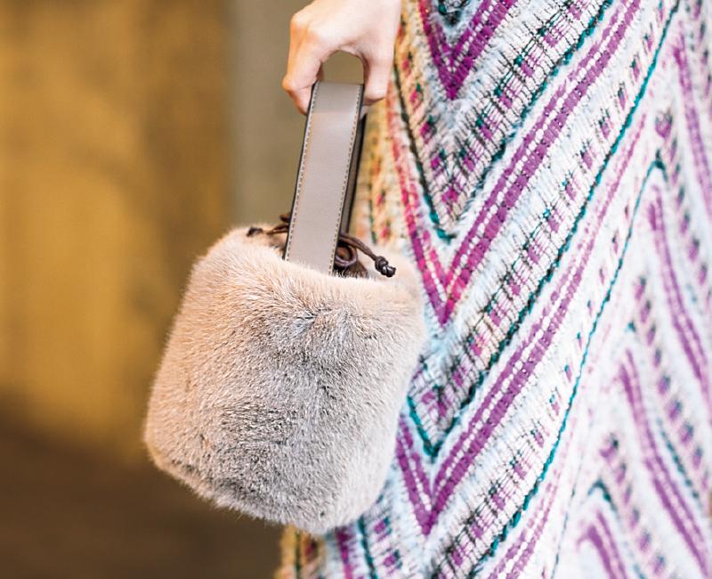 ■[Trend2]小さめファーバッグ